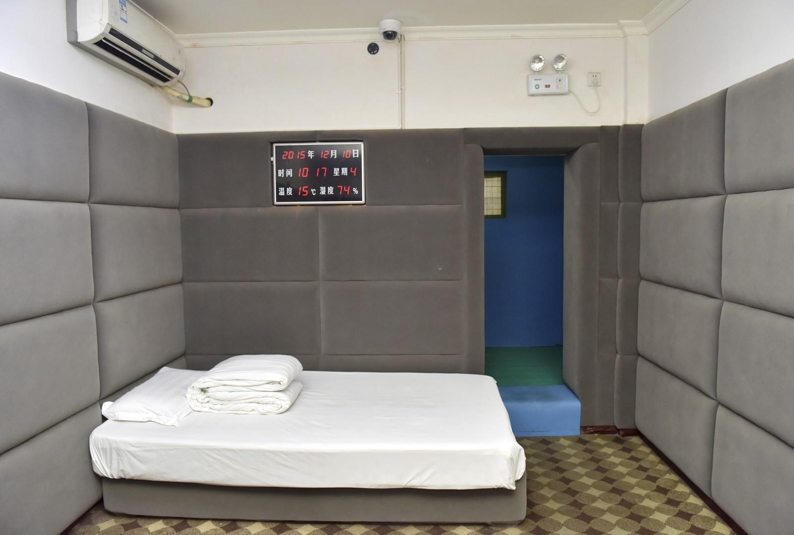 En fengselscelle i Sichuan, Kina der interiøret er laget i myke materialer for å hindre selvmord. Også skjeene fangene spiser med er så myke at de ikke skal kunne brukes som våpen.