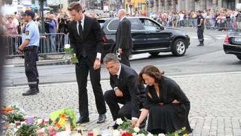 Jens Stoltenberg legger ned blomster etter terrorangrepet