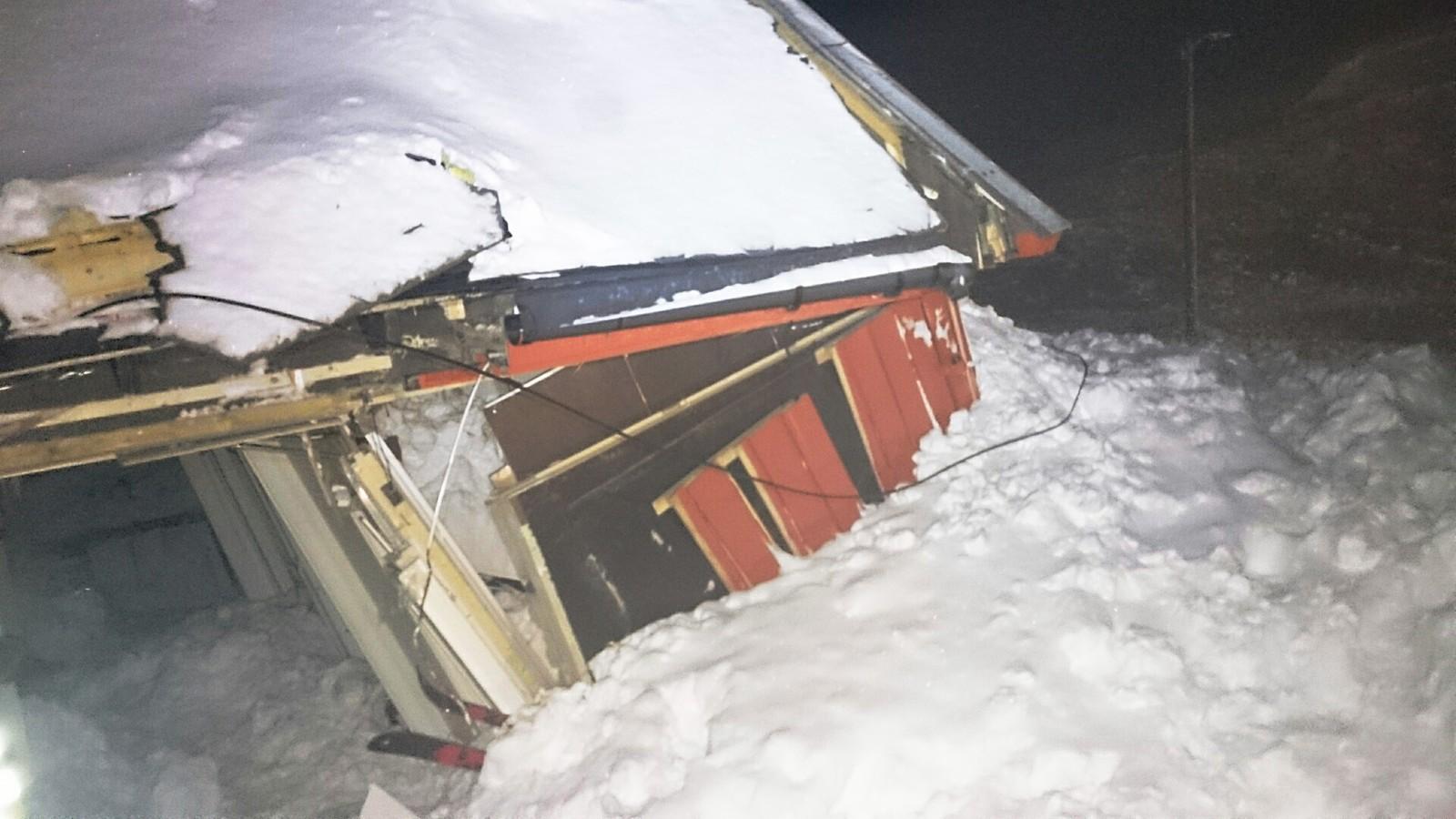 Kjetil Brattlien i NGI har tatt egne bilder for å dokumentere skadene snøskredet på Svalbard gjorde.