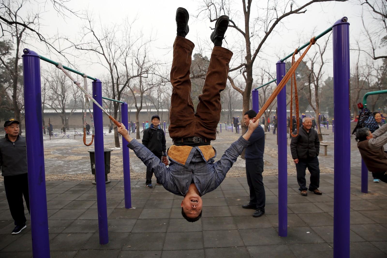 Trim for eldre i en park i Beijing på en av de mest forurensa dagene denne uka. Konsentrasjonen av svevestøv ble målt til over 600 mikrogram per kubikkmeter sentralt i Beijing. Det er 24 ganger høyere enn anbefalt nivå, kunne NRKs korrespondent Peter Svaar melde.