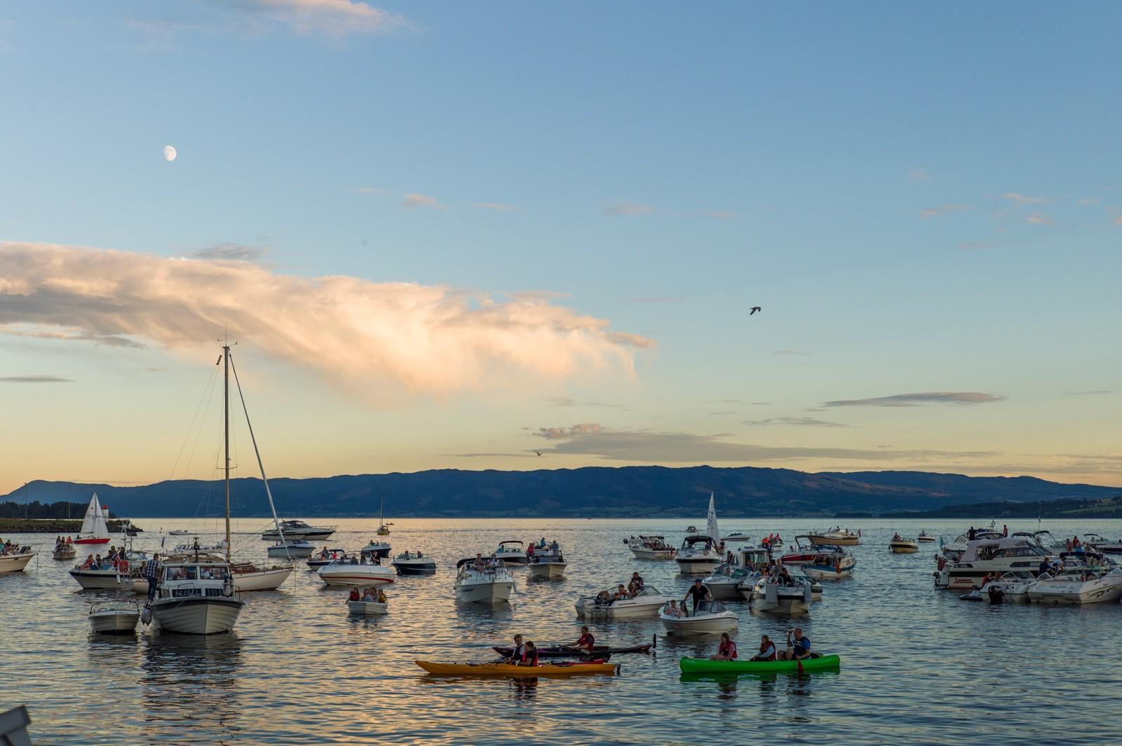 Småbåter i vakkert kveldslys ved Hamar.