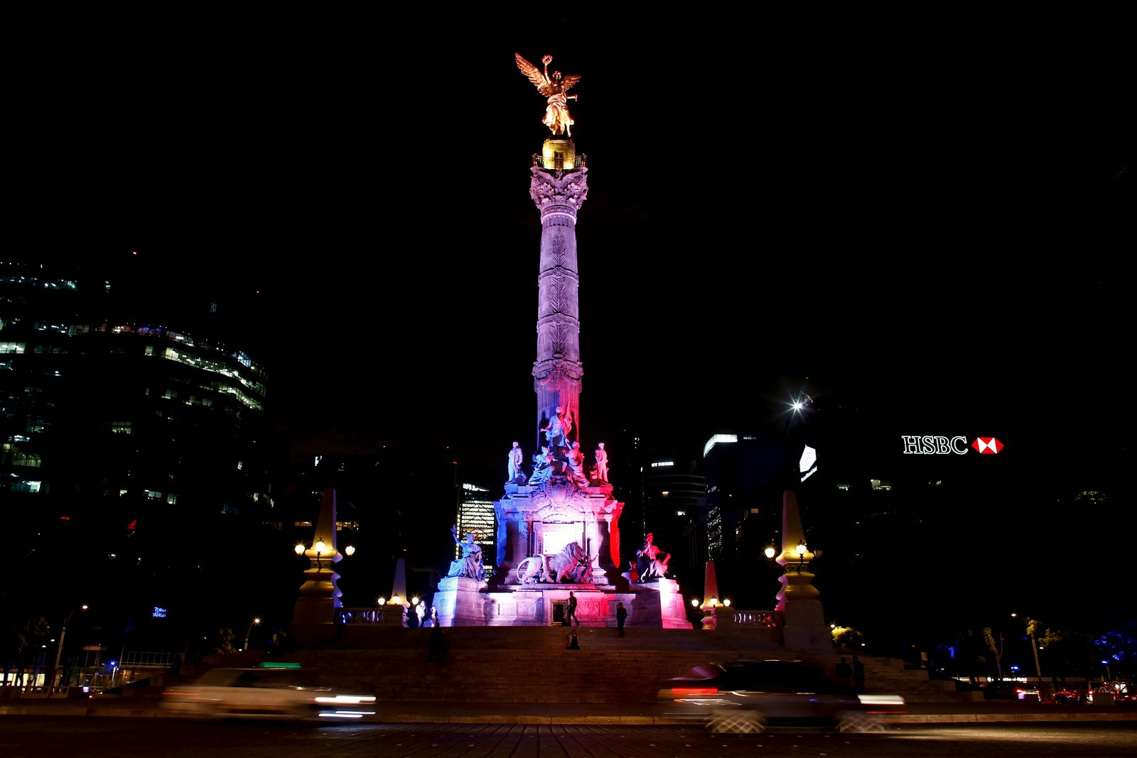 I Mexico City er monumentet «Angel de la Independencia» lyst opp i sorg med alle som mistet livet i Paris.