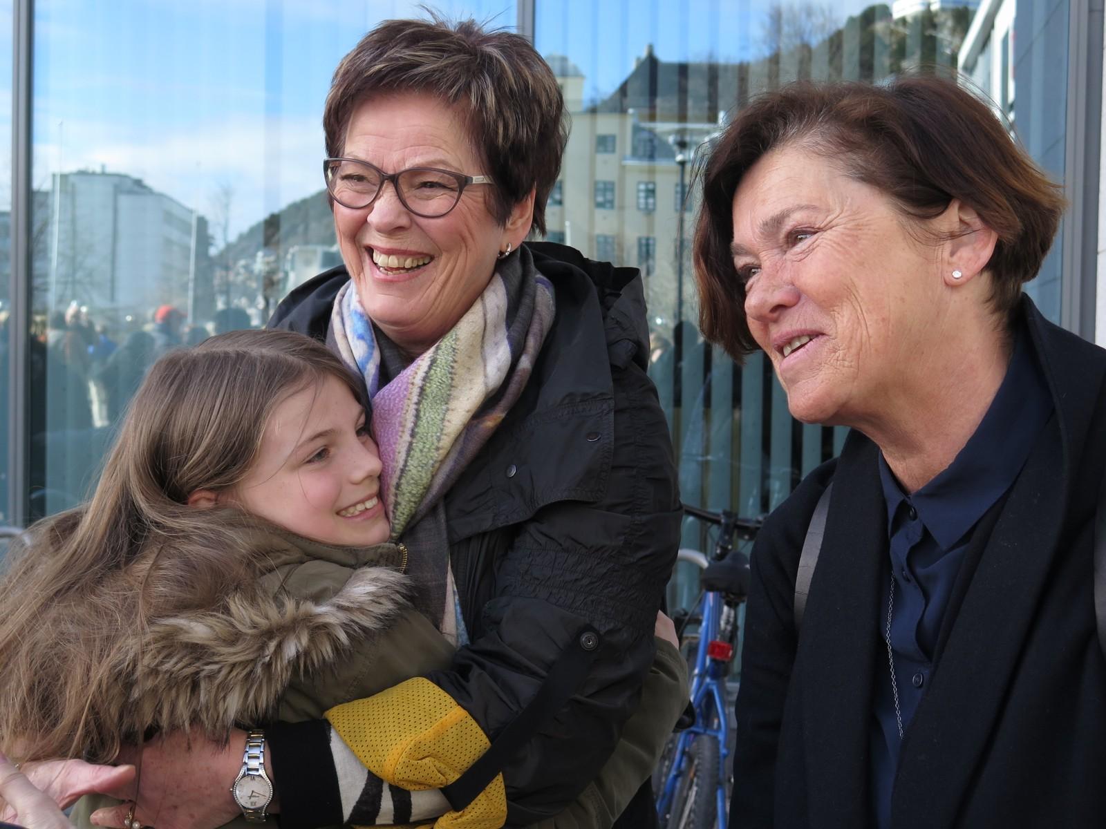 Ordførar Eva Vinje Aurdal og Elisabeth Nørve med barnebarnet sitt.
