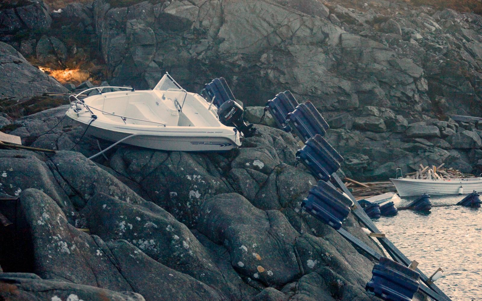 I Eltravågen i Sveio har det gått hardt for seg. Her er en båt skylt på land.