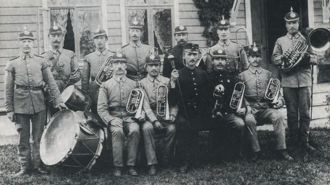 At det var ein militær eksersisplass i Vik sette sitt preg på bygda, særleg på slutten av 1800-talet. Her ser vi militærmusikken i Vik i 1890. Ukjend fotograf. Eigar: Vik lokalhistoriske arkiv.