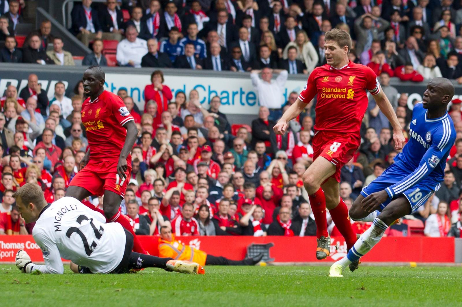 Dette øyeblikket har forfulgt Gerrard i senere tid. Demba Ba scorer etter at Gerrard falt midt på banen og dermed røk ligatittelen.