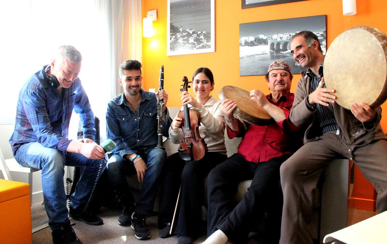 Tre generasjoner og en reporter: The Alaev Family fra Tadsjikistan/Israel på hotellrommet i Marseille under musikkmessen Babel Med 2013. (En slags Bylarm)