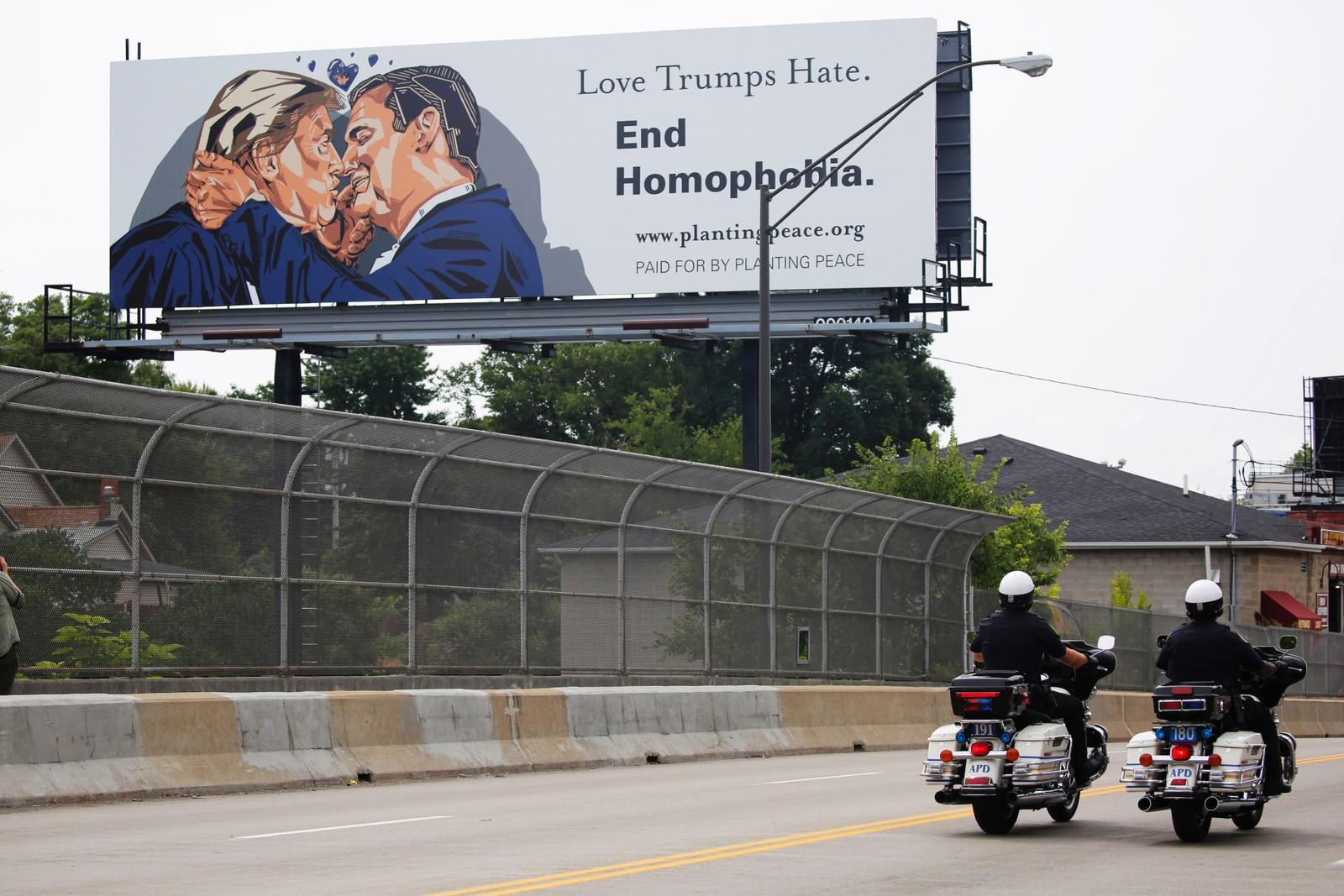 KYSS 3: Utenfor den amerikanske byen Cleveland, der det republikanske landsmøtet finner sted, ble en plakat der Donald Trump kysser Ted Cruz hengt opp som en protest mot presidentkandidaten.