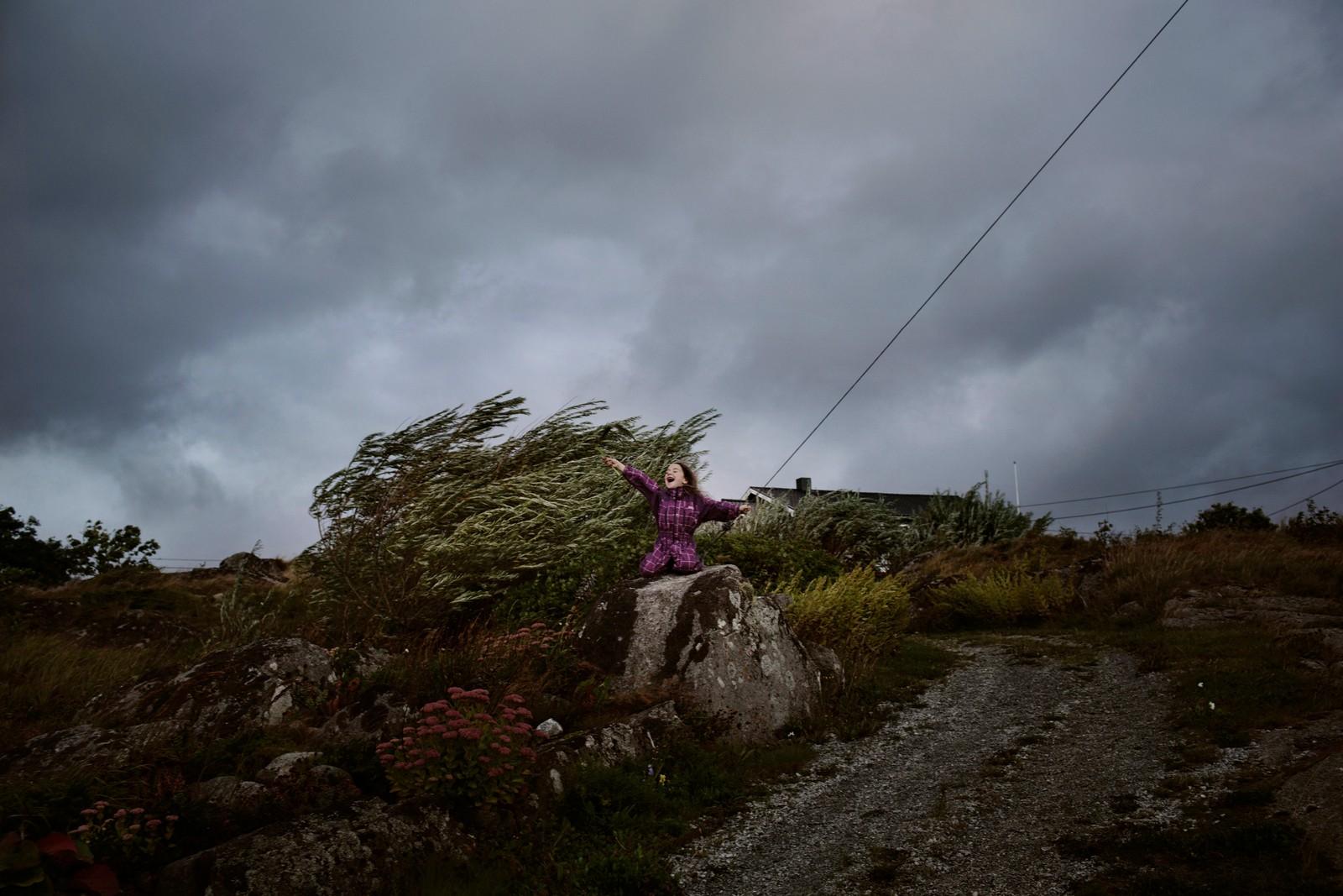 2. plass Dokumentar Norge: Therese Alice Sanne, frilans / VG.  Håp i havet: I en prikk på kartet, langt til havs, ligger den forblåste lille øya Sørburøy. For 35 mennesker er dette et lite paradis. Det er hjem. Enn så lenge. For drøye 50 år siden bodde 400 mennesker i øyrekken Froan i Sør-Trøndelag. Etter den dramatiske fraflyttingen, lever de gjenværende innbyggerne på Sørburøy i spenning på om de unge utflytterne vil komme tilbake og om øysamfunnet vil overleve. Anna Karina Liutkute (6) er ute og leker i full storm. I september starter stormene og uværet som kommer og går gjennom hele høsten og vinteren.