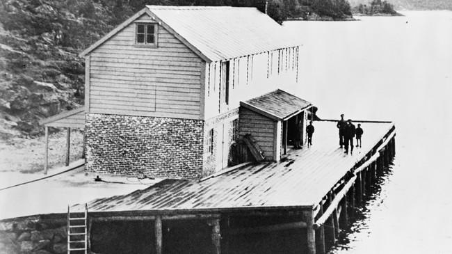 Folk ventar på rutebåten på kaia i Gjølanger i 1947. ©Fylkesarkivet.
