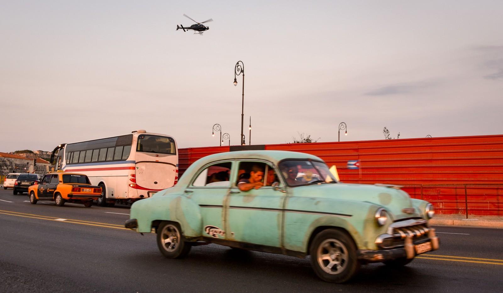 En veteranbil brukt i filmen Fast & Furious 8 ruller på veien i Havanna på Cuba.