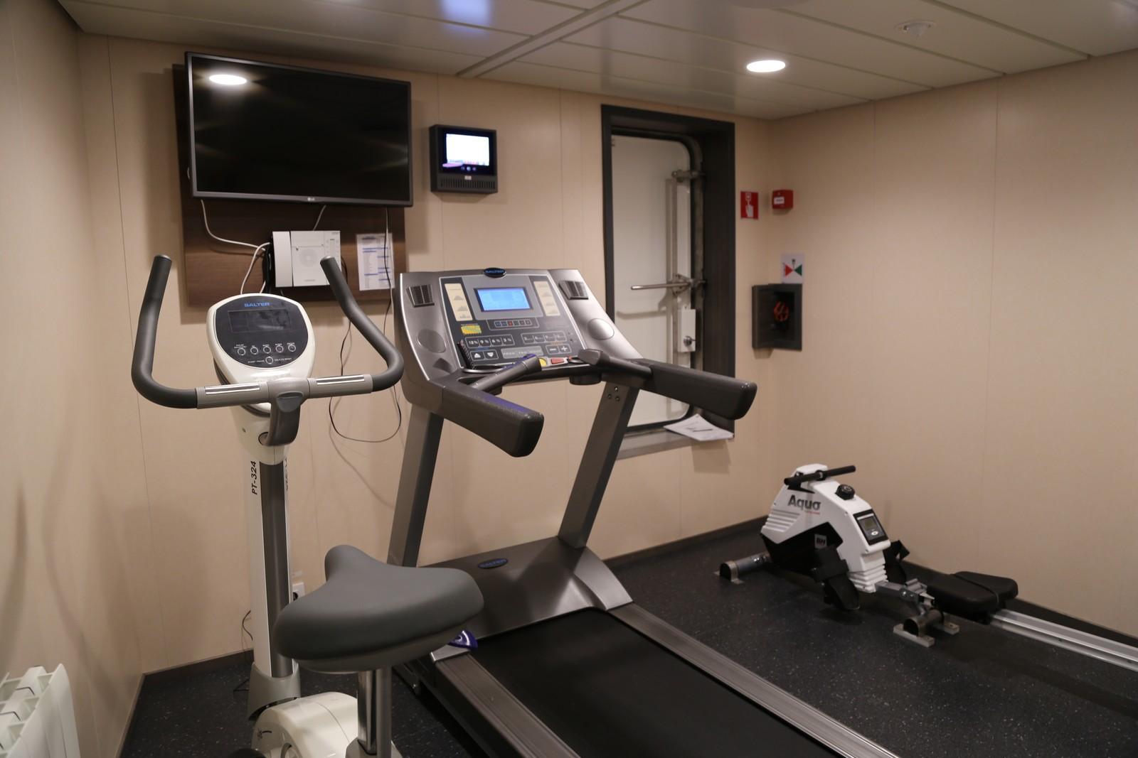 Med lang avstand til nærmeste treningssenter, kan det være greit å få løpt litt om bord på tråleren. Her er et bilde fra treningsrommet til mannskapet.