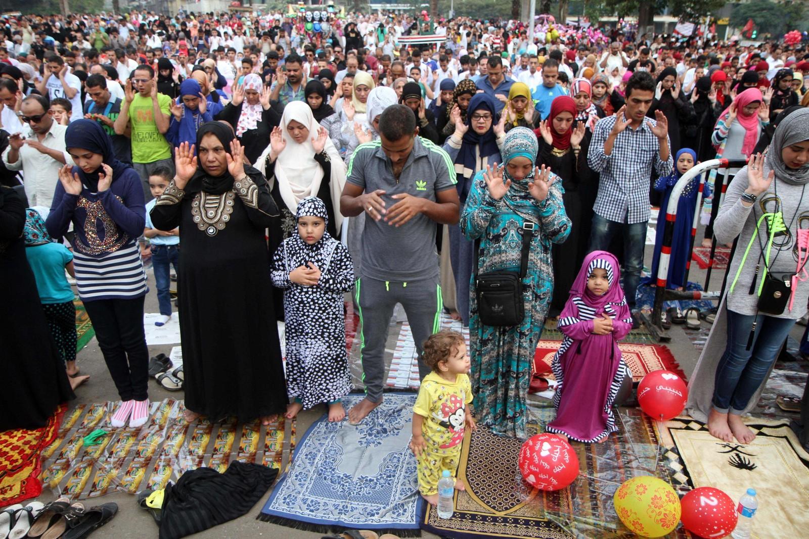 MARKERING: Muslimer holder Eid al-Adha morgenbønn i Cairo.