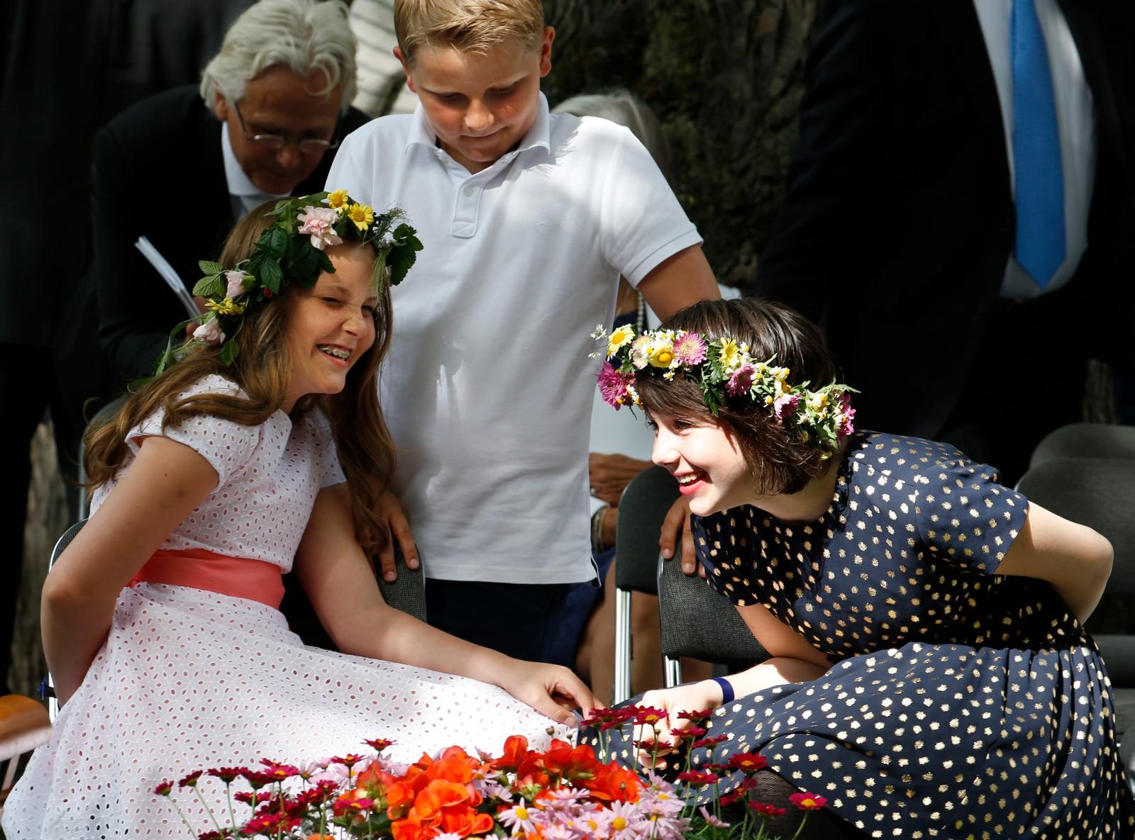 SYSKENBARN OG VENNER: Maud Angelica Behn og prinsesse Ingrid Alexandra er gode venner - og kusiner. Her under hagefesten i stiftgårdsparken i Trondheim i samband med besteforeldrene sitt 25 årsjubileum som kongepar i Norge i fjor sommar.