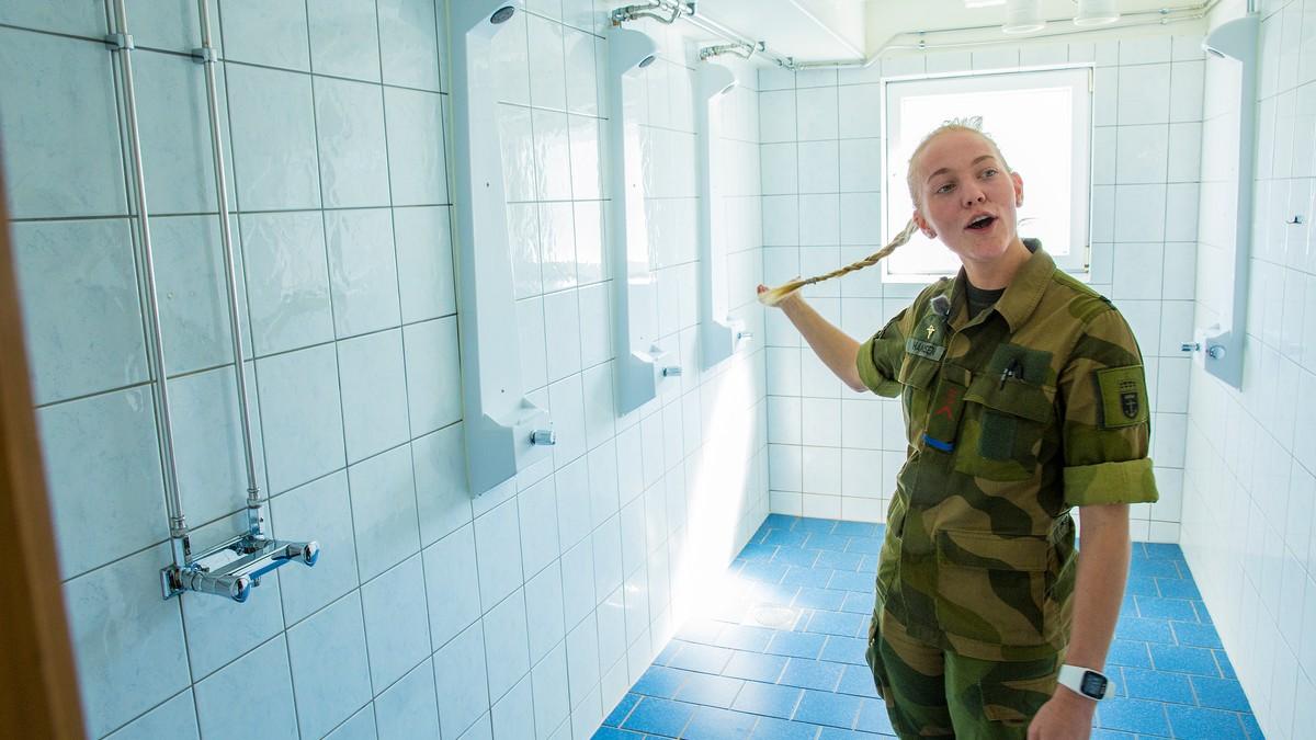 kvinne jenter tir i dusjen