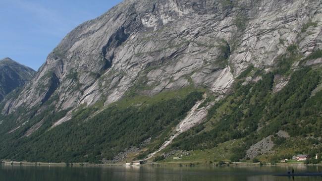 Den mest rasutsette strekninga på riksveg 5 langs Kjøsnesfjorden vart lagd i tunnel hausten 2009. Foto: Kjell Arvid Stølen, NRK.
