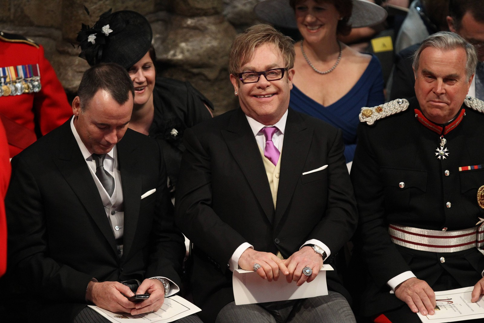 2011: Ektefelle David Furnish og Elton John på plass i Westminister Abbey i bryllupet til prins William og Kate Middleton 29. april.