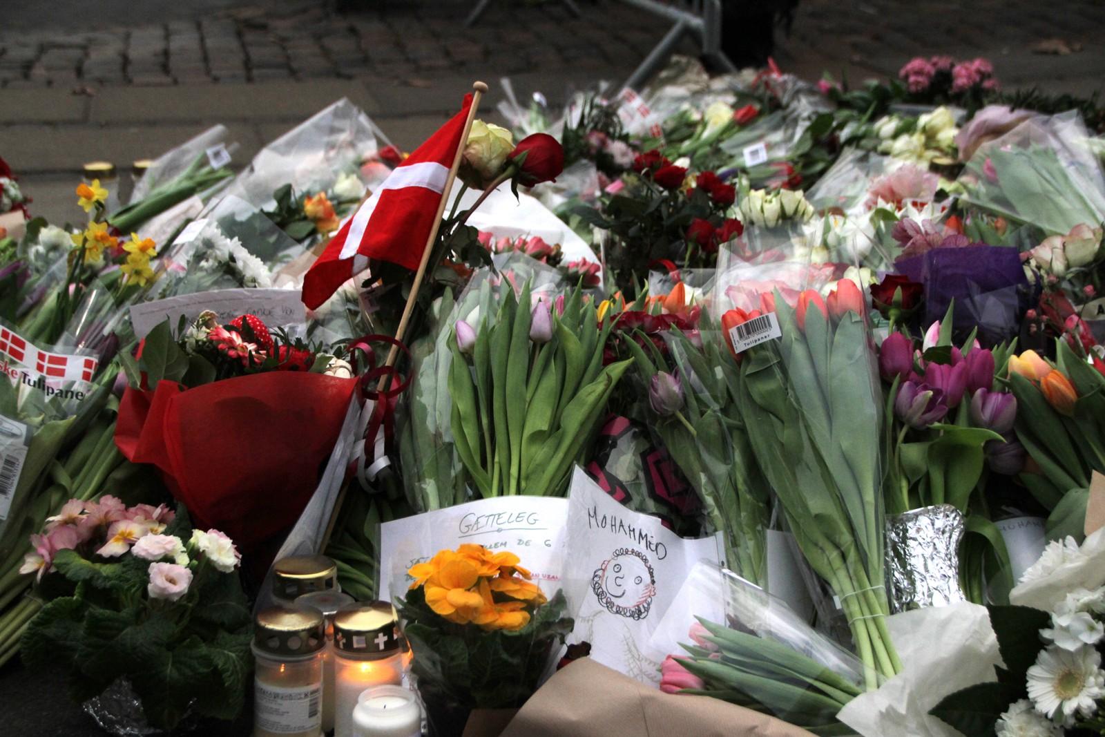 Flagg, blomster og Muhammed-tegninger. Slik hyller københavnere ofrene for terroren.