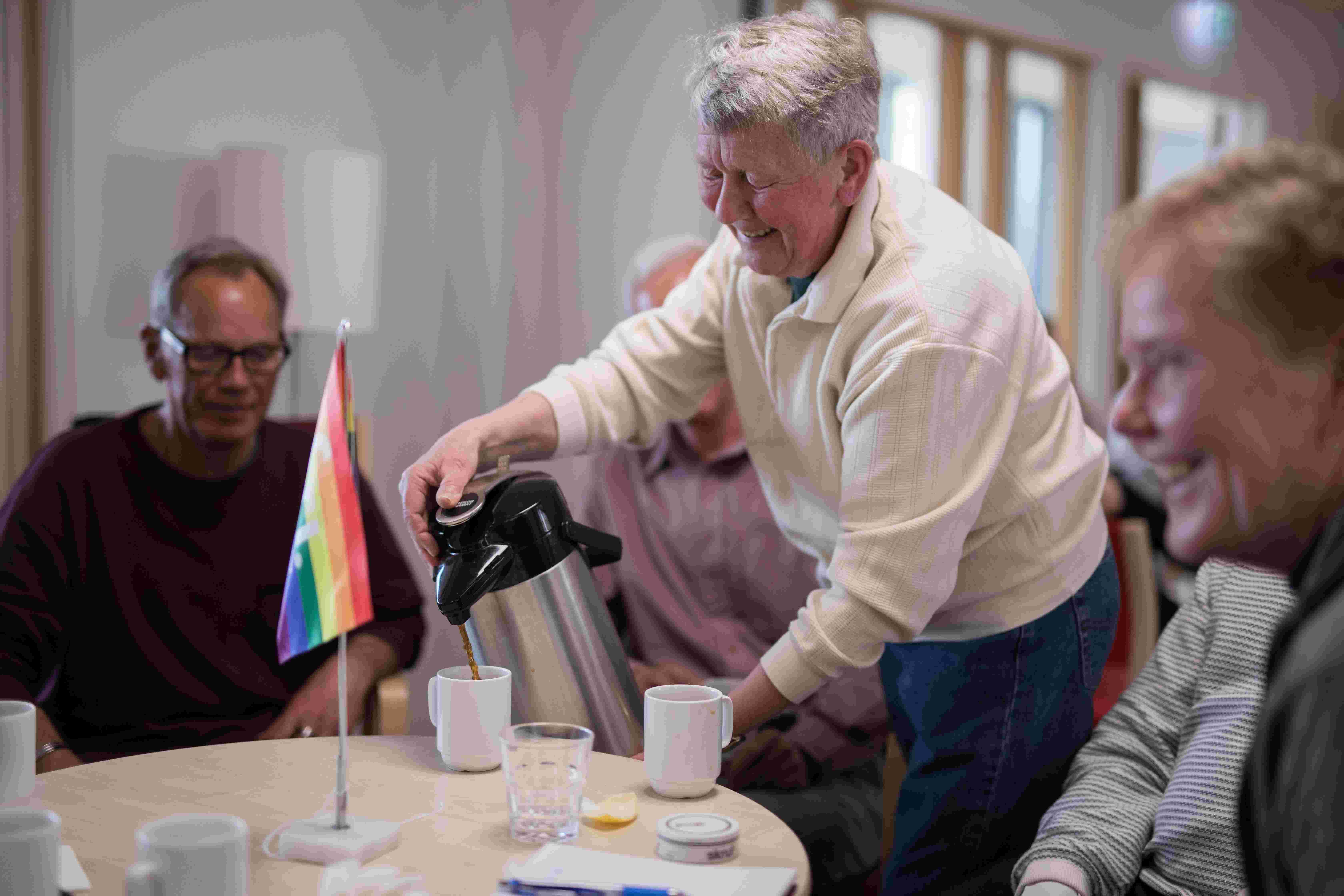Inger skjenker kaffe