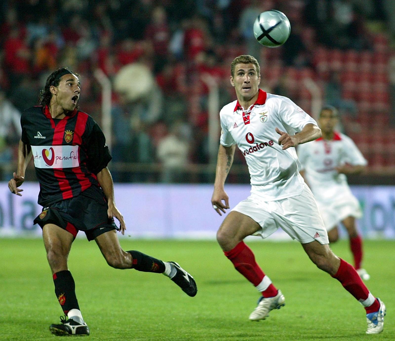 Proffeventyret i Benfica ble kronet med seriegull. Her i duell med en Penafiel-spiller i mai 2005.