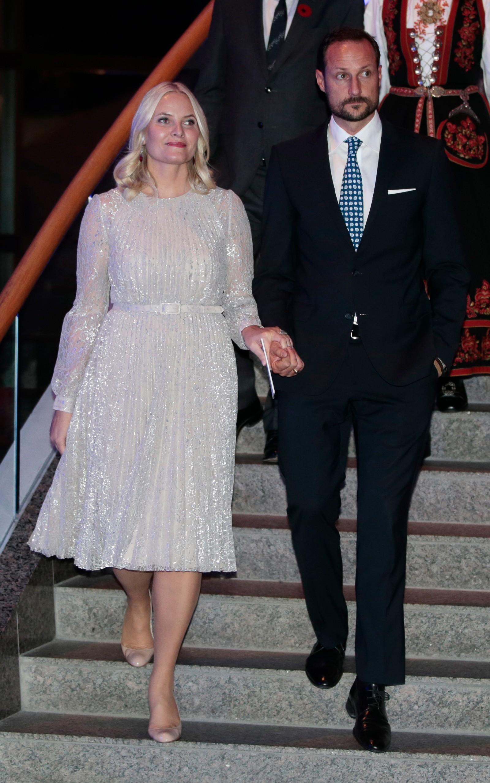 Kronprinsparet på veg til tilstelninga i det historiske museet i Ottawa måndag kveld. Kronprinsessa kom med ei tale som inneheldt klare råd til næringslivsrepresentantane til stades.