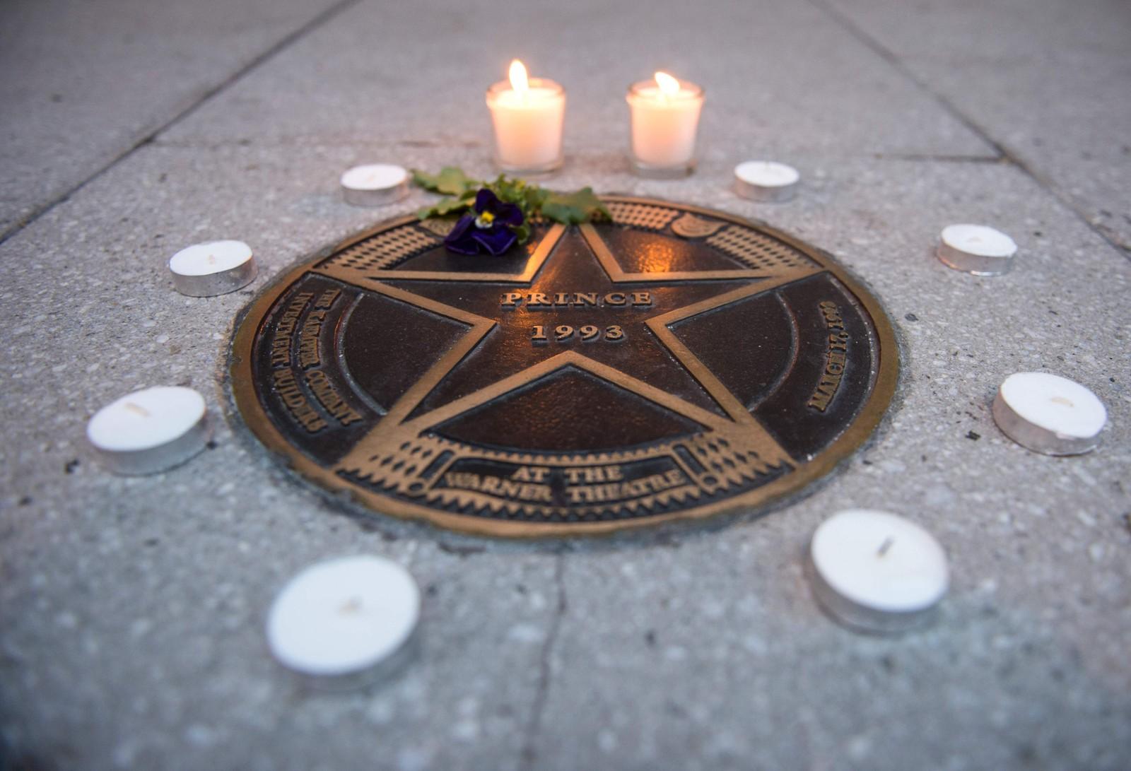 Fans tente lys rundt en stjerne utenfor Warner Theatre i Washington D.C. da de fikk vite at artisten Prince var gått bort. Han døde 21. april og ble 57 år gammel.