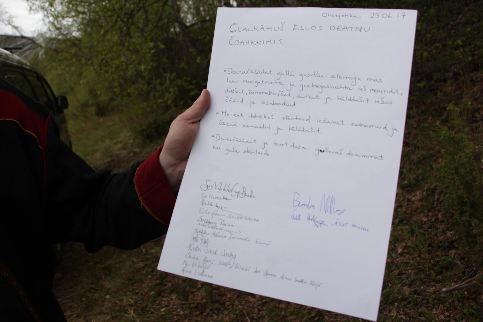 Demonstrantene mot laksefiskeavtalen mellom Norge og Finland, hevder å ha bred støtte bak seg. Beaska Niillas viser frem en protesterklæring hvor et knippe støttespillere har underskrevet.