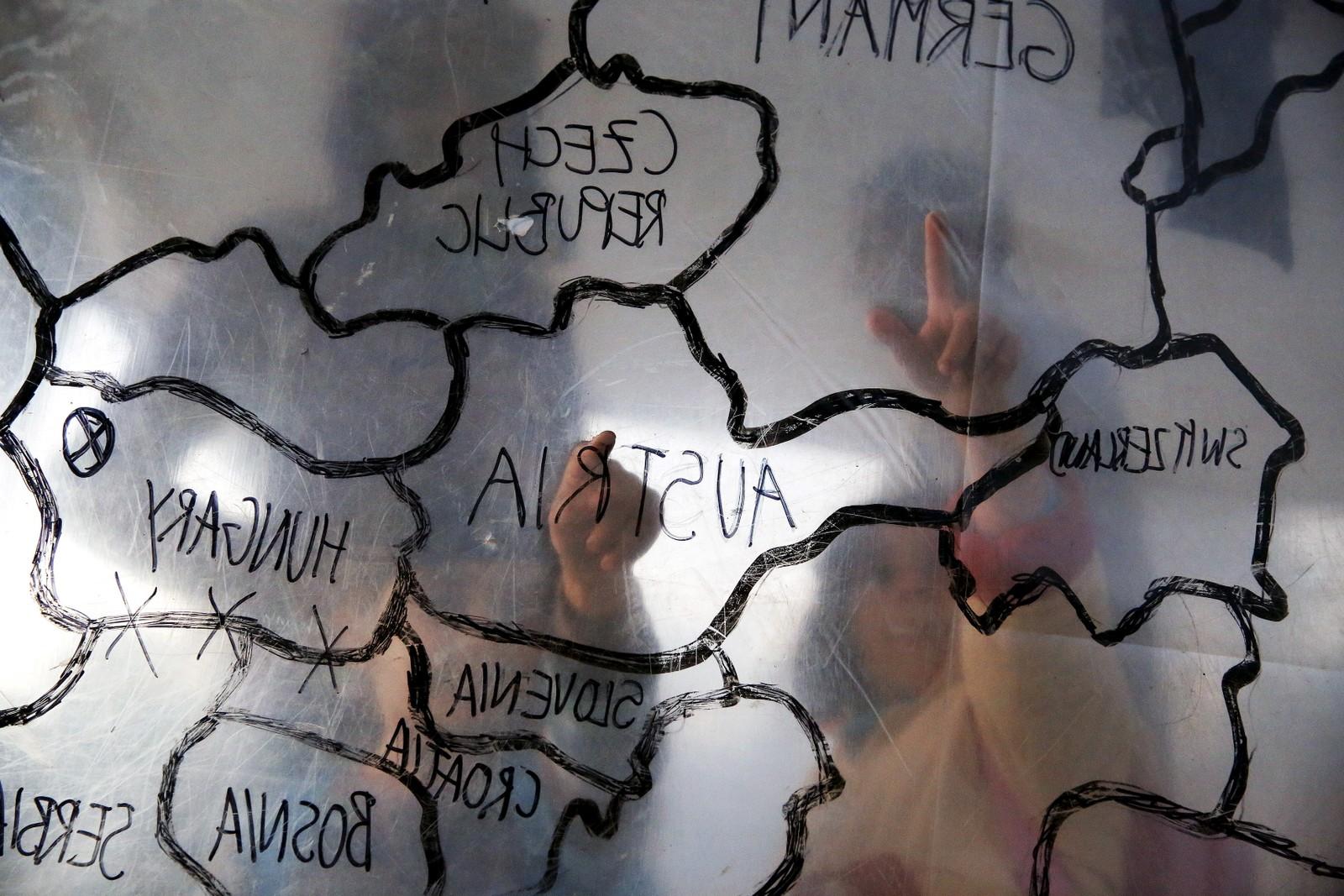 Kanskje drømmer de om en framtid i et av disse landene, flyktningbarna som peker på et kart over Europa inni et telt på øya Lesvos? FNs høykommisær for flyktninger har bedt de greske myndighetene om å øke kapasiteteten slik at de skal kunne hjelpe flere flyktninger. For tida er det telt og plass til 2.800 av de 12.000 flyktningene som er på den greske øya.