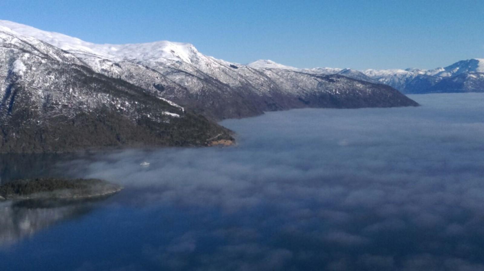 Tåka ligg over Sognefjorden.