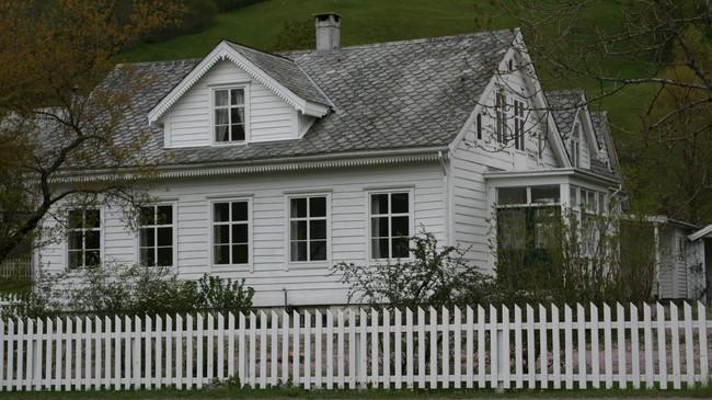 Den gamle lensmannsgarden på Sande var ei kort tid pensjonat. Foto: Ottar Starheim, NRK.