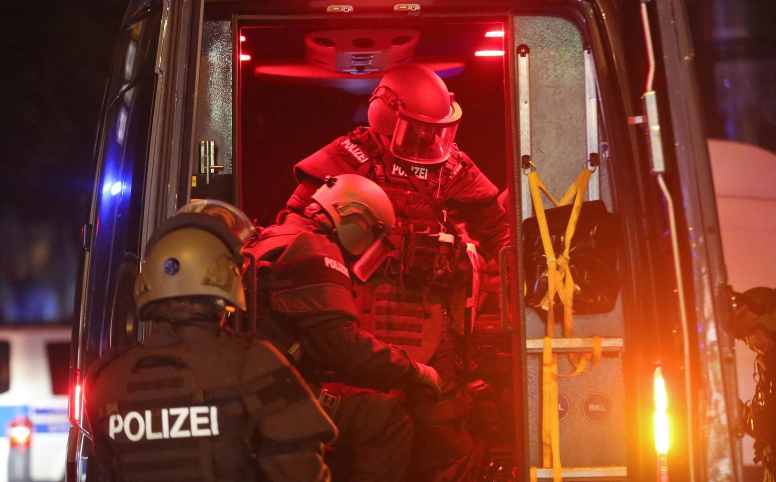 Tunge bevæpnet politi ankommer Hamburg.