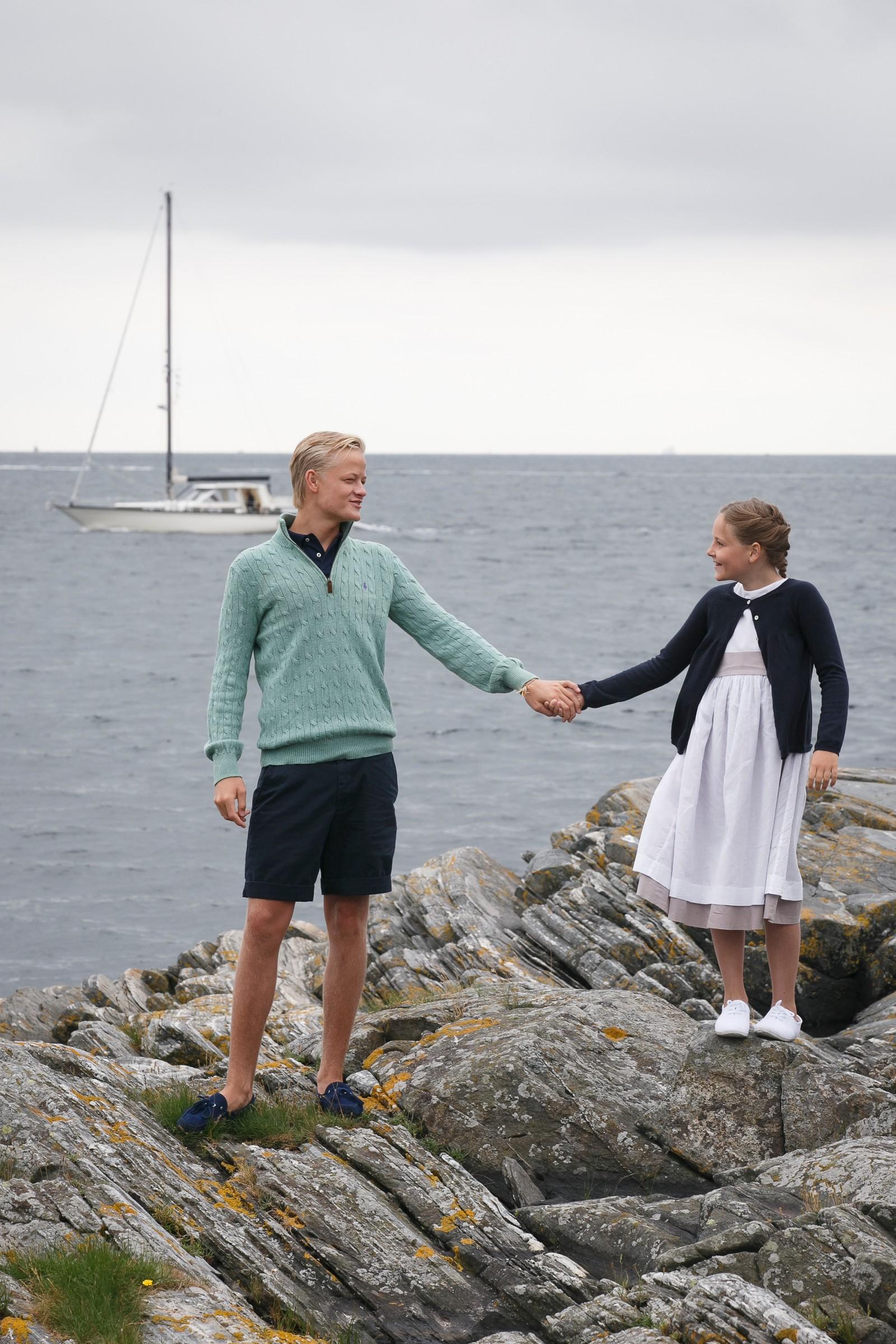 10 ÅR: Storebror Marius var 17, prinsessa 10 då dei poserte på skjeret framfor sommarhuset på Dvergsøya utanfor Kristiansand. No er han 20 og flytta til USA. Ho går inn i tenåra.