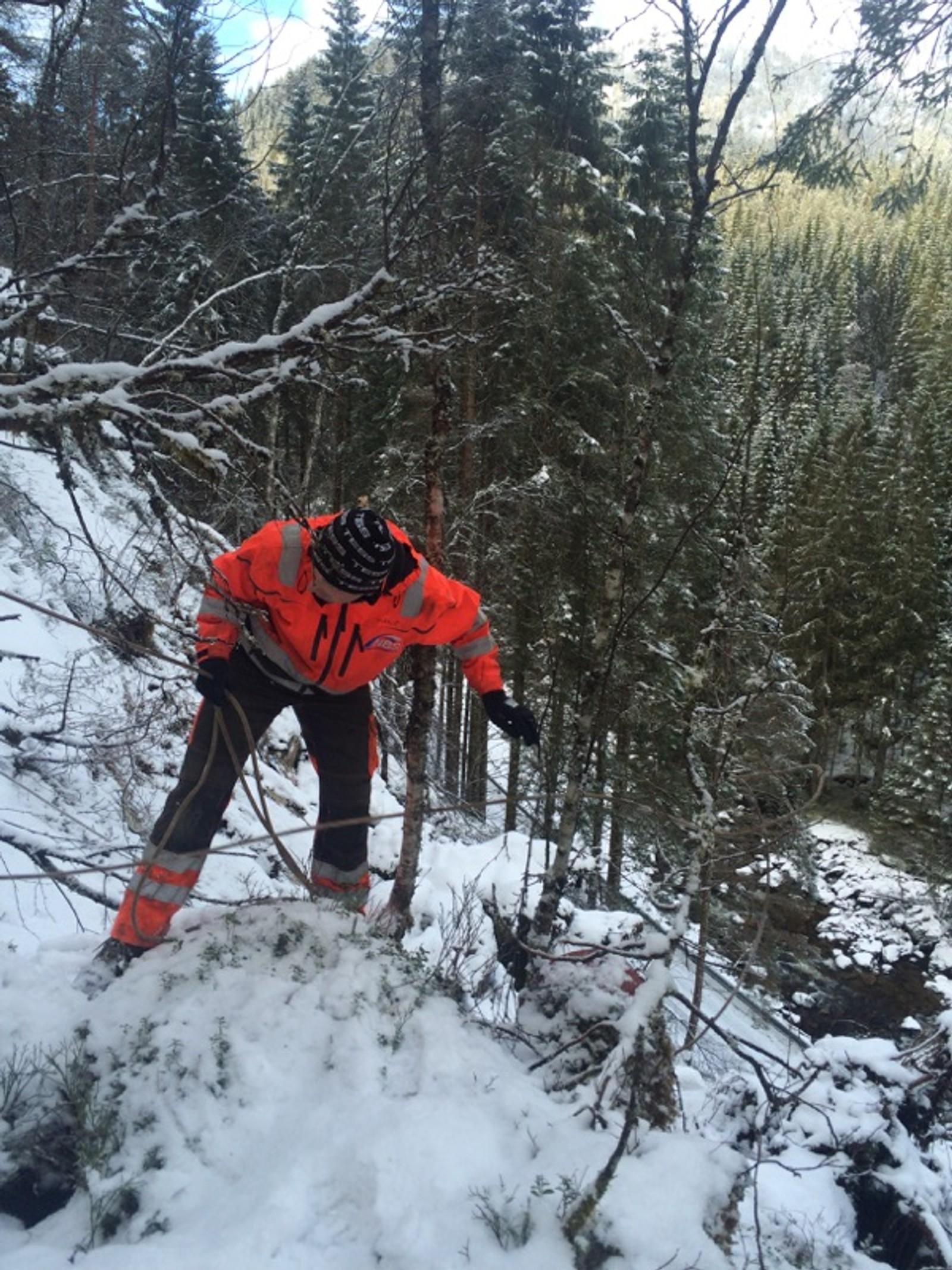 VURDERER: Før arbeidarane i Norsk Bergsikring kan starte på sjølve sikringsjobben, må dei vurdere korleis steinmassene er i området dei skal jobbe i.