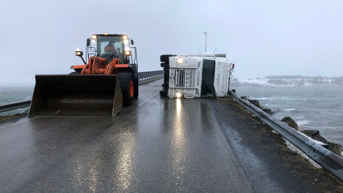 En trailer ble blåst over ende ved Risøysund bru i Vesterålen.