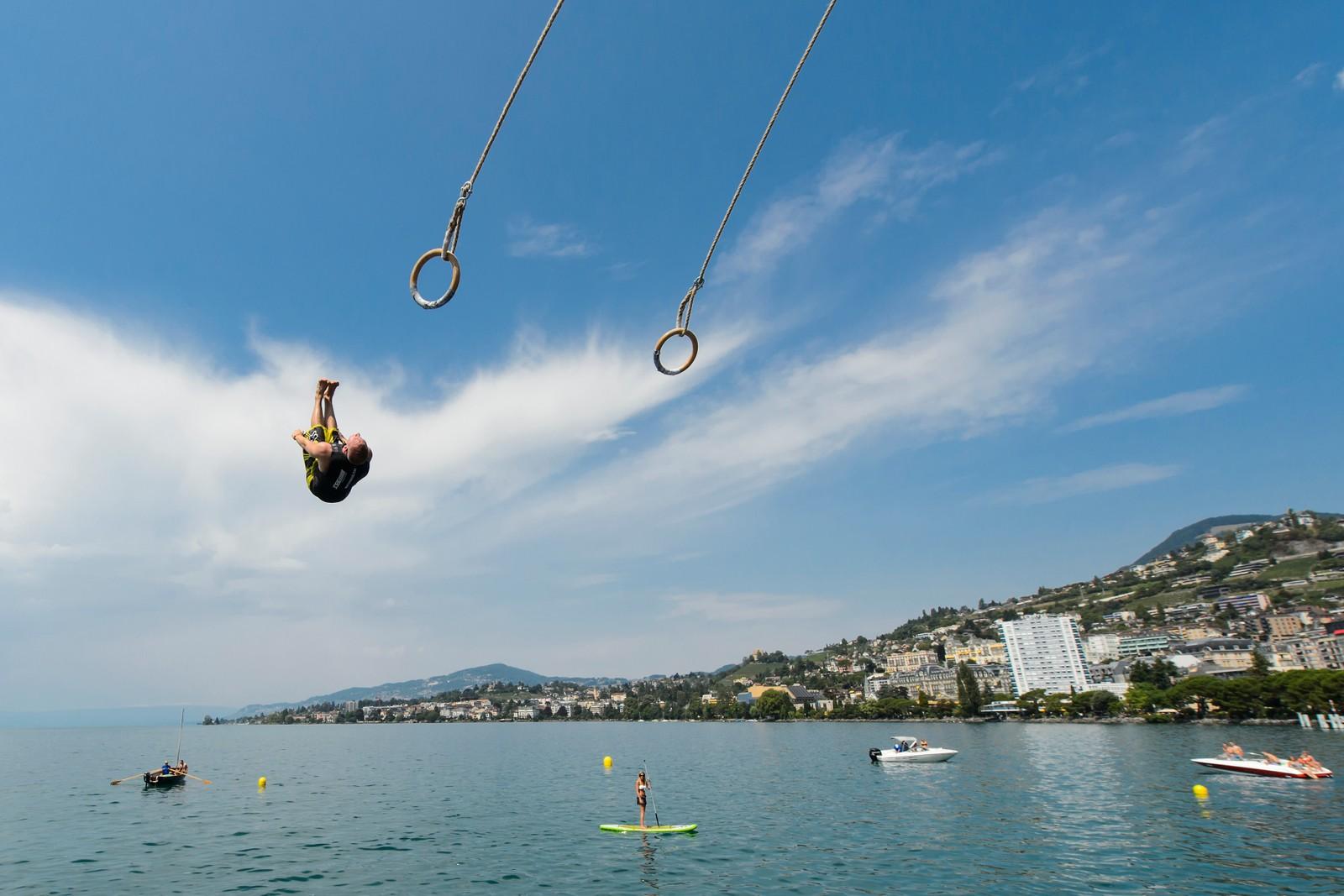 En deltaker kaster seg i vannet i konkurransen WateRings i Montreux, Sveits.