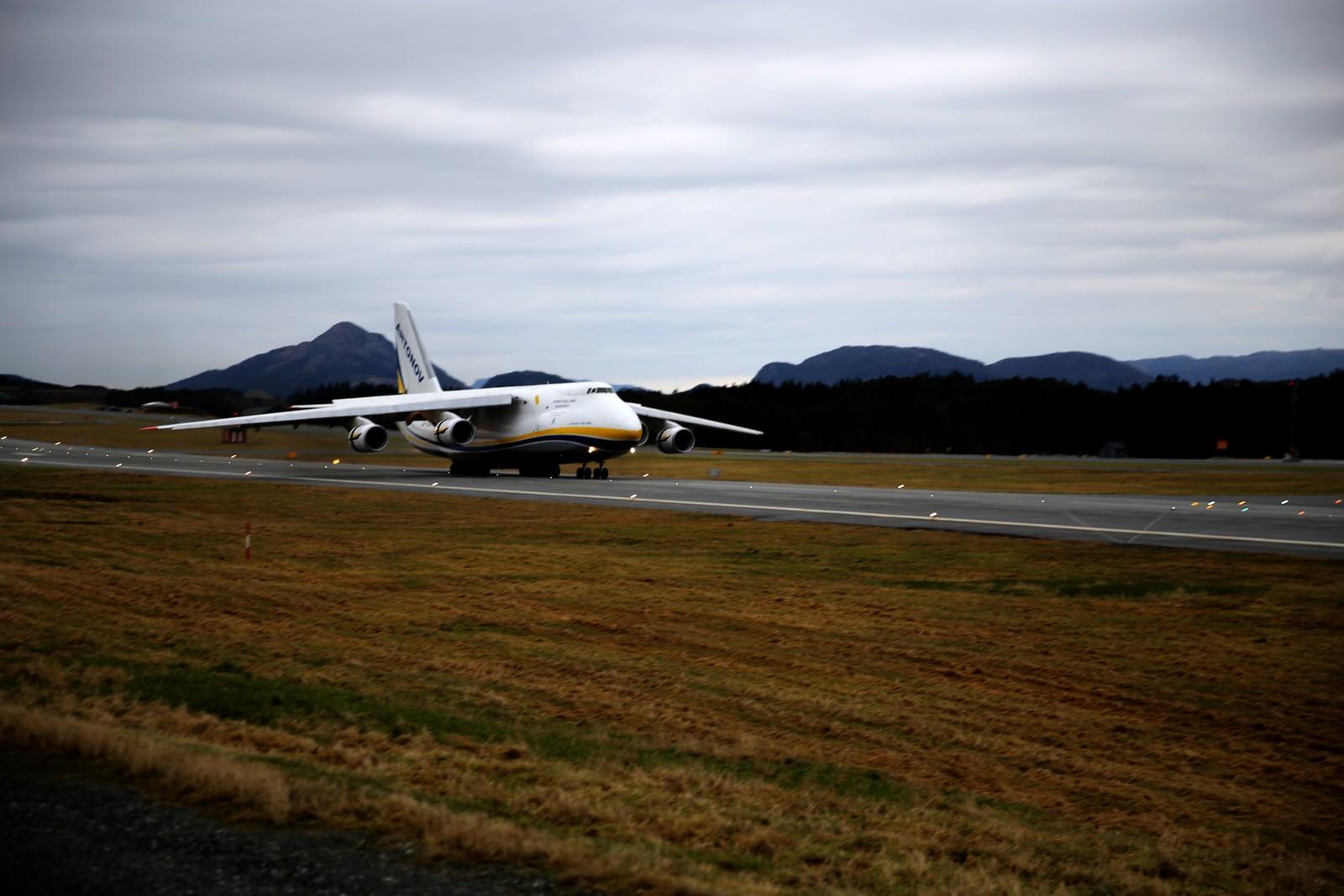 NEDE: Verdas største lasteflytype, Antonov, er eit sjeldant syn på Flesland.