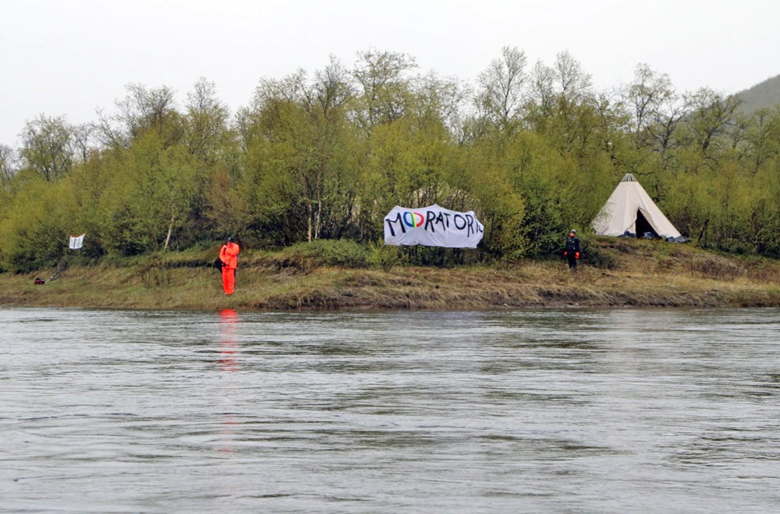 Protestleiren sett fra båt på Tanaelva.