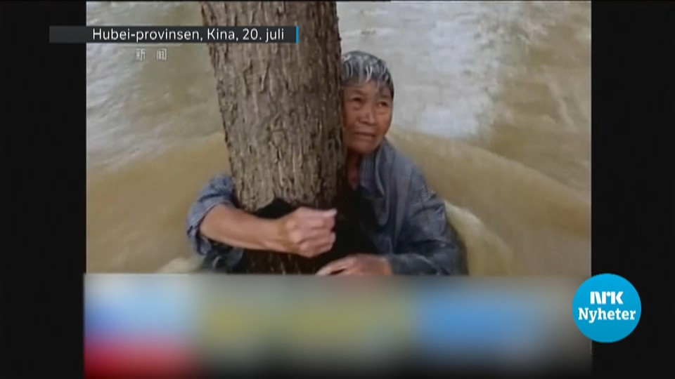 Denne kvinnen fra Hubei-provinsen i Kina er blant de titusener som har måttet forlate hjemmene sine etter store nedbørsmengder.