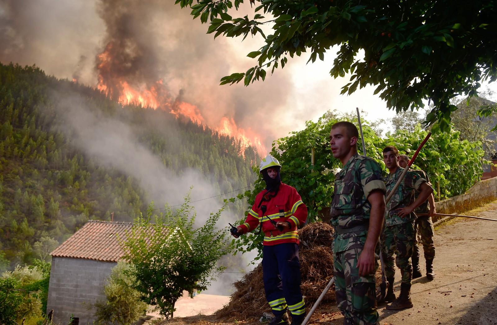 Brannmannskaper slukker brann i Carvalho 19. juni.