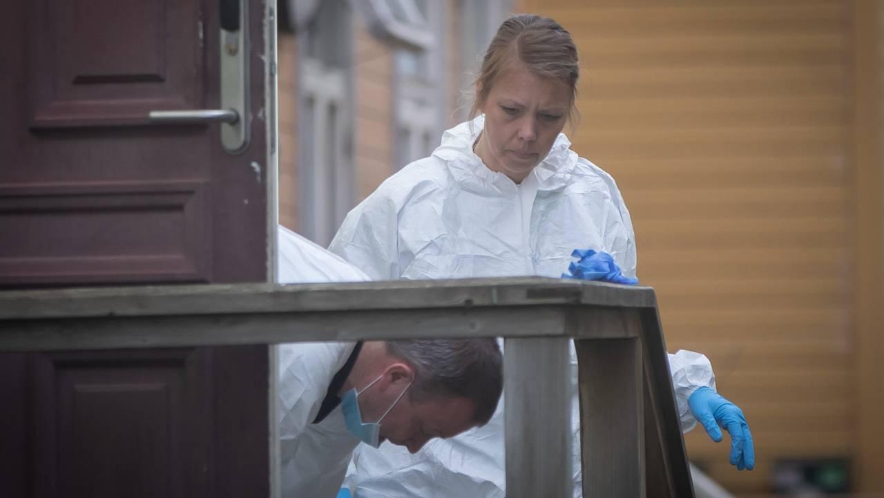 To hvitkeldde krimteknikere på åstedet der mann ble funnet død i Trondheim.