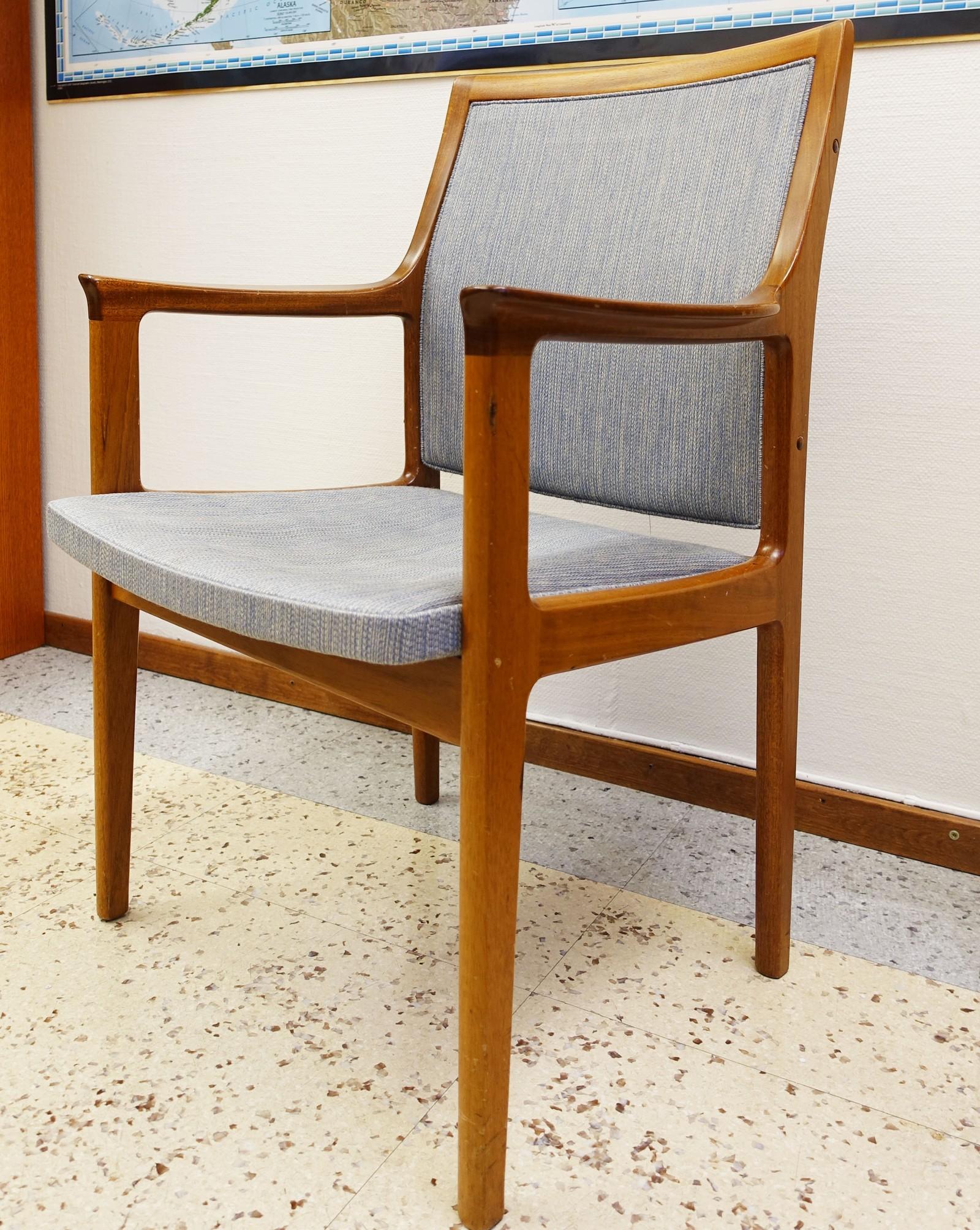 Mange av de frittstående originale teakmøblene i ambassaden er byttet ut og er trolig borte for alltid. Men en og annen stol står igjen. Denne har trolig blitt trukket om. Nesten alle møblene som sto i bygningen da den åpnet var designet av Knoll Associated og produsert av det norske firmaet Tanum.