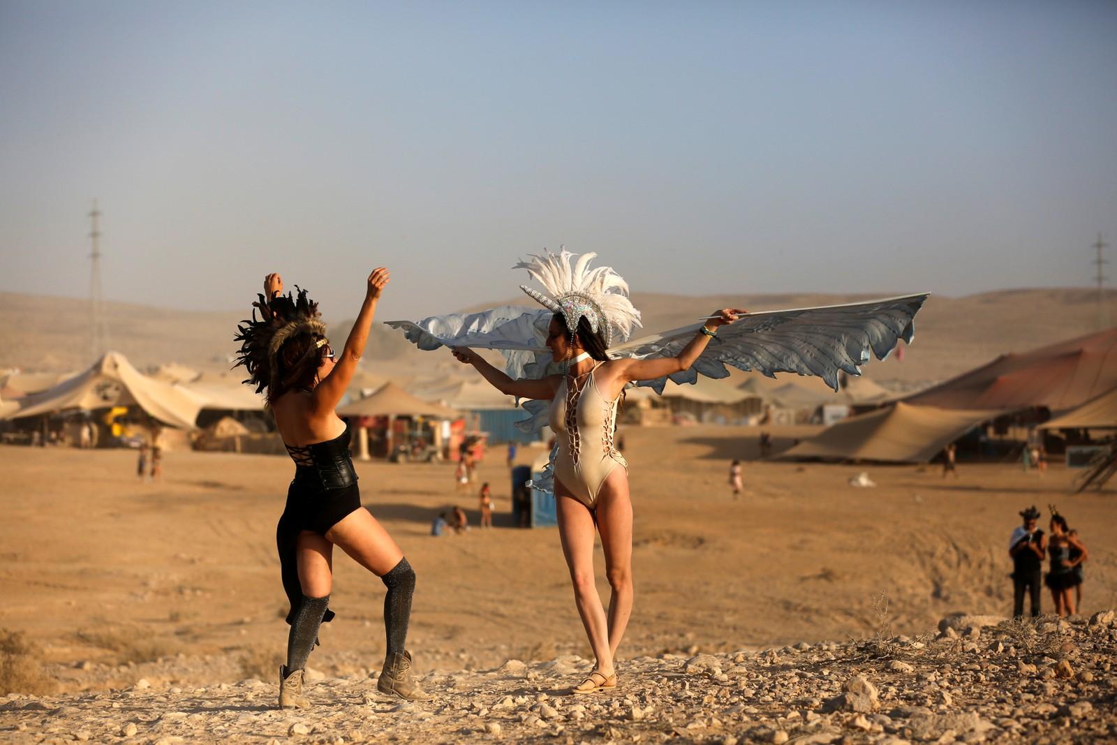 Den israelske versjonen av Burning Man-festivalen i Nevada starta denne uka.  Den kalles Midburn, er litt mindre i skala og arrangeres i Negev-ørkenen. Ingrediensene er kreative klær, kunst og musikk, samt en liten dash Mad Max. Det hele avsluttes, som hos storebror Burning Man, med å sette fyr på en statue.