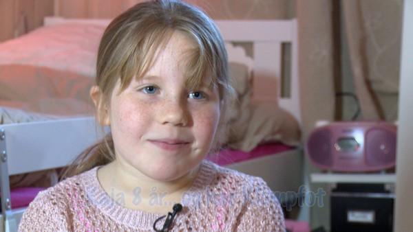 Norsk serie om barn som har en ekstra utfordring å leve med. Kaja ble født med klumpfot på begge beina. Det er dumt når hun skal spille fotball og lære seg å slå hjul. Men Kaja vil ikke gi seg, og hun håper at doktoren hennes vil komme på en fotballkamp.