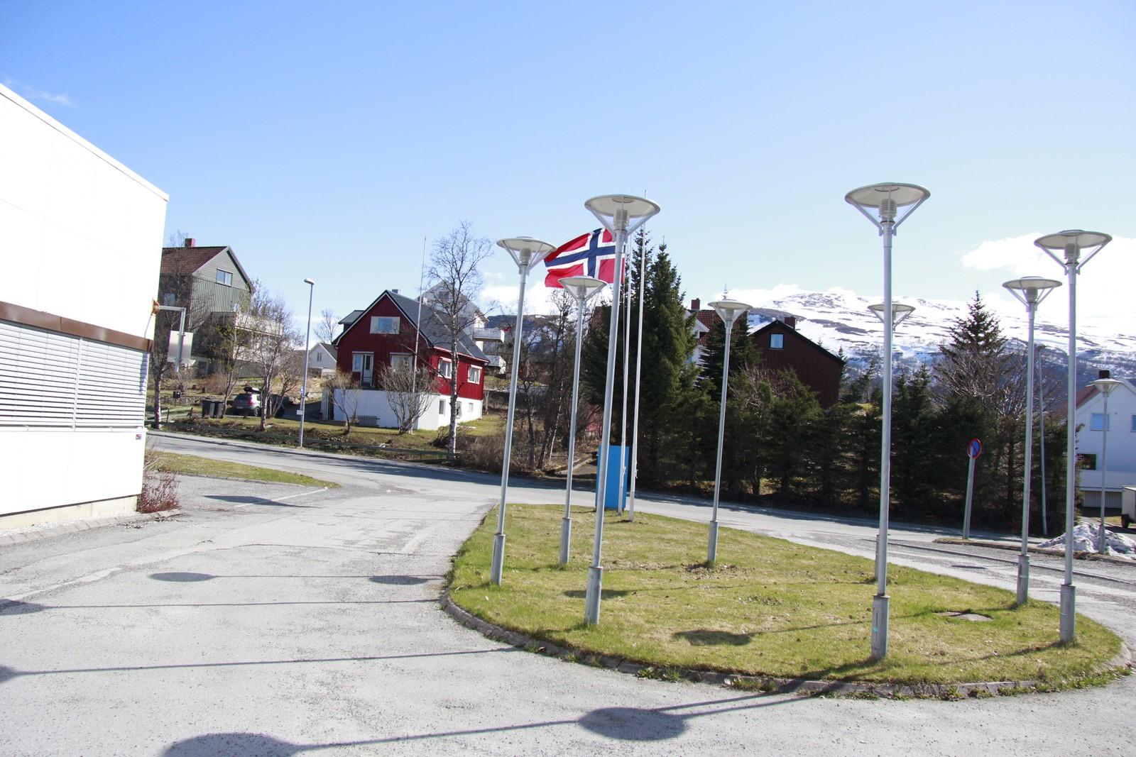 Flagget til topps utenfor NRK i Tromsø