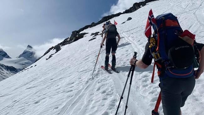 VAKKERT: Mange tok turen til topps i Jotunheimen 17. mai i år. Men geologen ber folk følgje nøye med på dei åtvaringane som kjem om skredfare.