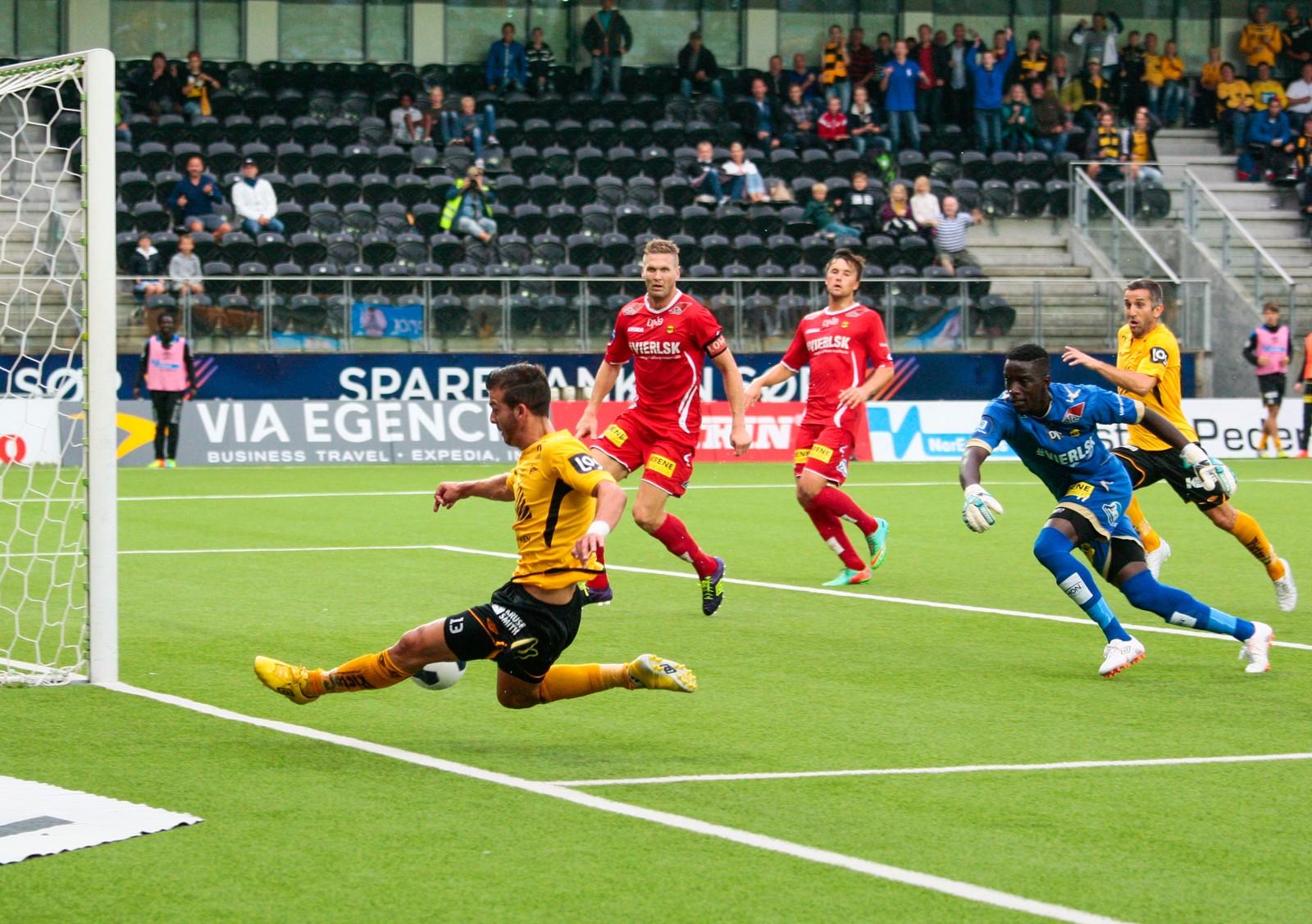 Zlatko Tripic serverer ballen til Espen Hoff som setter inn 3-1 målet mot Lillestrøm.