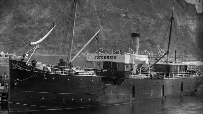 DS Jotunheim, som konkurrerte med Fylkesbaatane om gods og passasjerar på Sognefjorden. Foto: K. Knudsen, eigar: Knudsensamlingen, UBB.