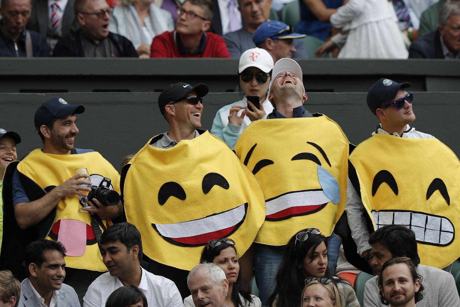 Innenfor sperringene er stemningen på topp. Disse tilskuerne hadde møtt opp for å se kampen mellom sveitsiske Roger Federer og argentinske Guido Pella.
