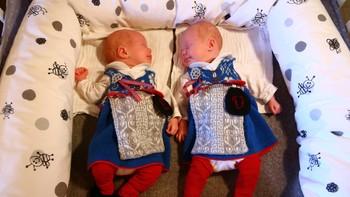 Tvillingene Vera og Live er fem uker gamle og allerede drevne bunadsbrukere.