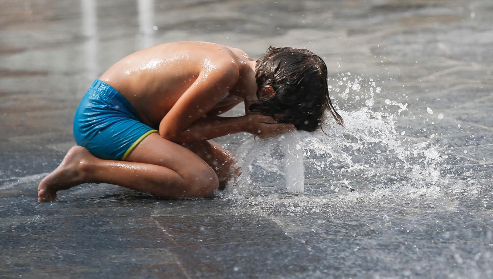 Eit avkjølande spyl i ansiktet kan vere godt i varmen. Her frå ein fontene i Milano i Italia.